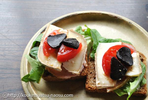 黒にんにくのスライスをパンにトッピング